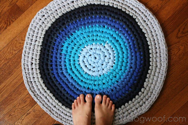 Простые вязанные коврики крючком
